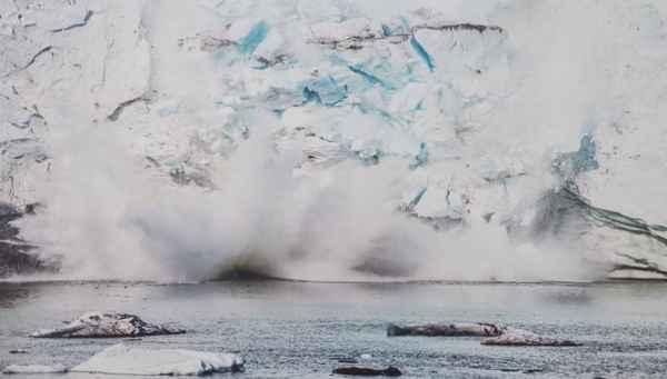 photo-festival-jonathan-nackstrand-glacier-collapse